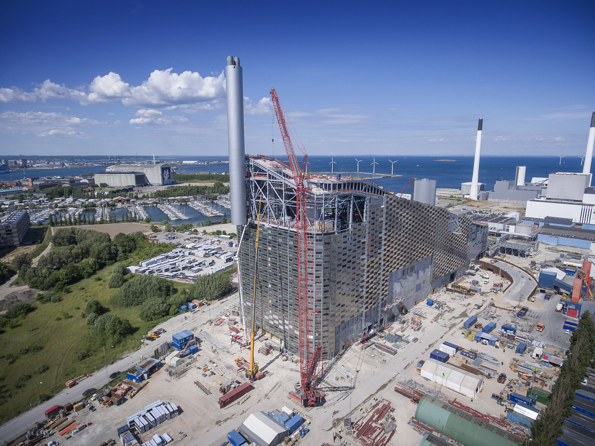 Skiing on waste-to-energy plant at Amager Bakke